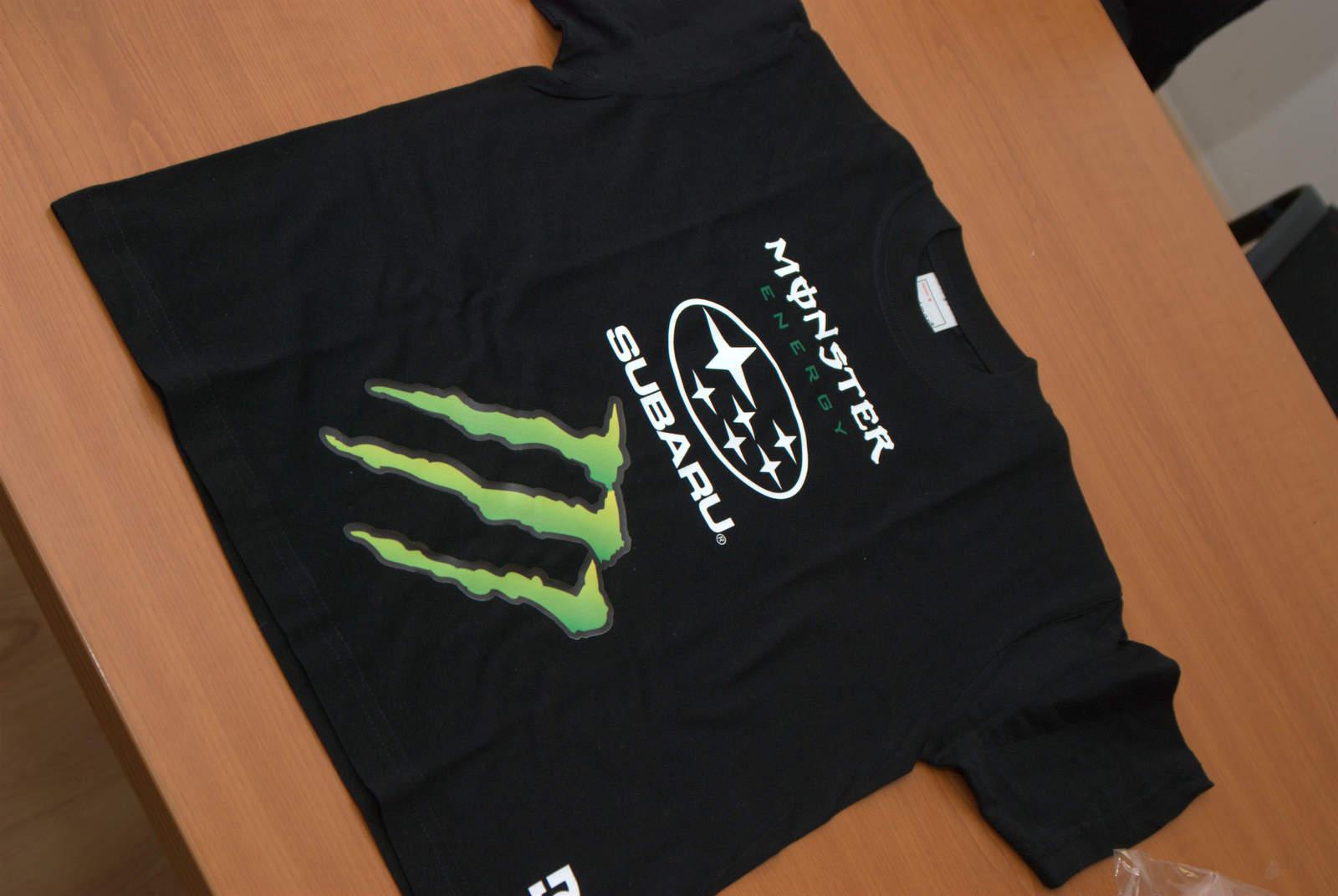 f1400edb94ca Čierne tričko s reklamami sponzorov Monster a Subaru