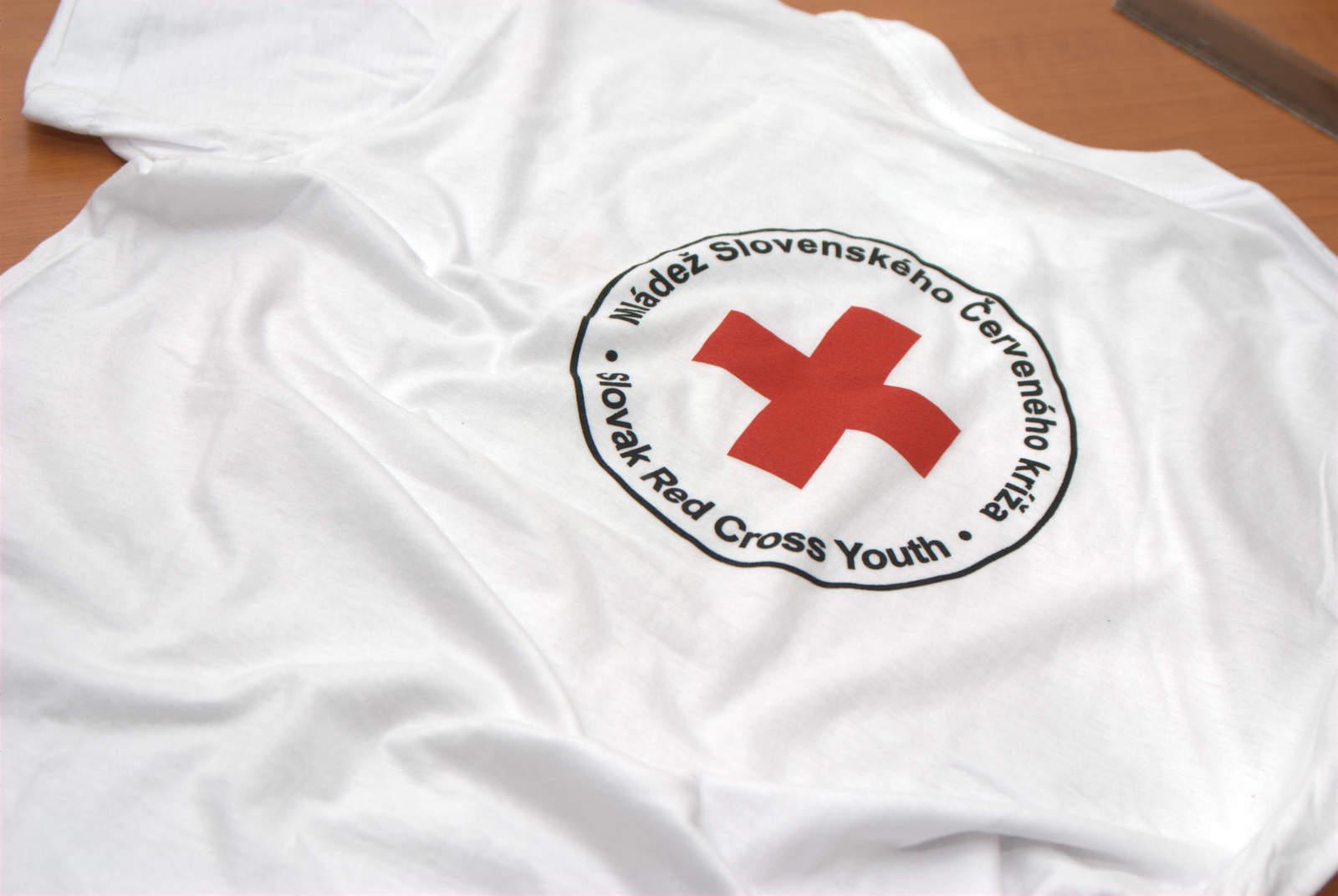 91945132a1e4 Biele tričko s potlačou Červený kríž