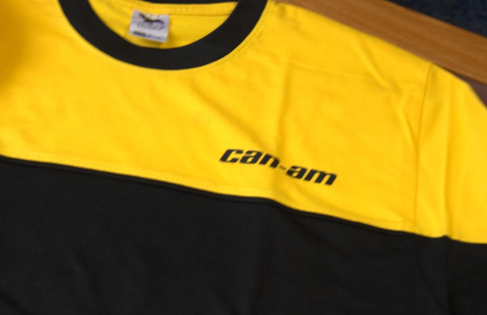 b536cc7b8e6b Dvojfarebné zltočierne tričko s nápisom Can-Am slúži ako pracovné oblečenie