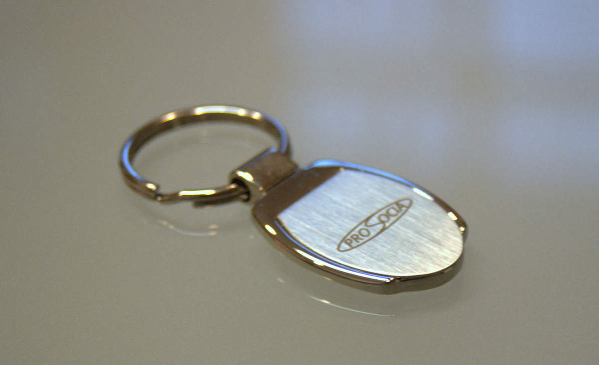Gravírovaná kľúčenka Prosocia · Kľúčenka z kovu s vygravírovaným logom firmy e30a96dfd94