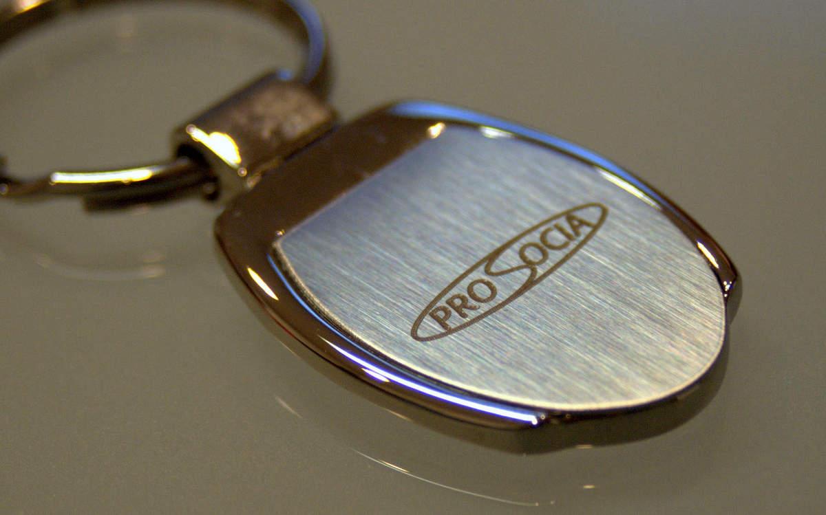 Kľúčenka z kovu s vygravírovaným logom firmy 05e9ccd1cc6