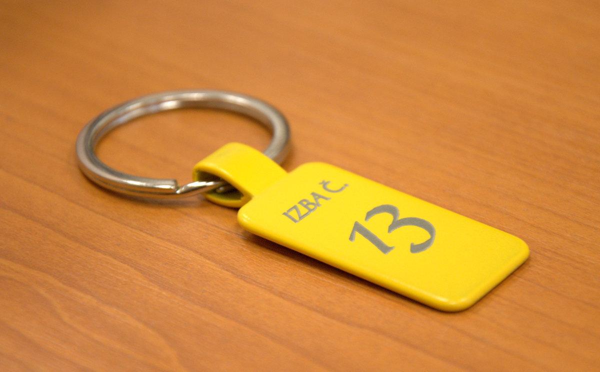 ... Žltá kľúčenka s gravírom · Prívesok na kľúče s vygravírovanými číslami  izieb fbeacff4e34
