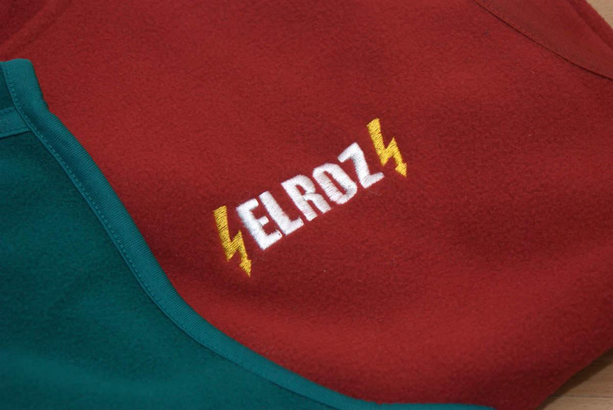 c6ad739102ed Detail farebnej výšivky na fleecovej veste ...