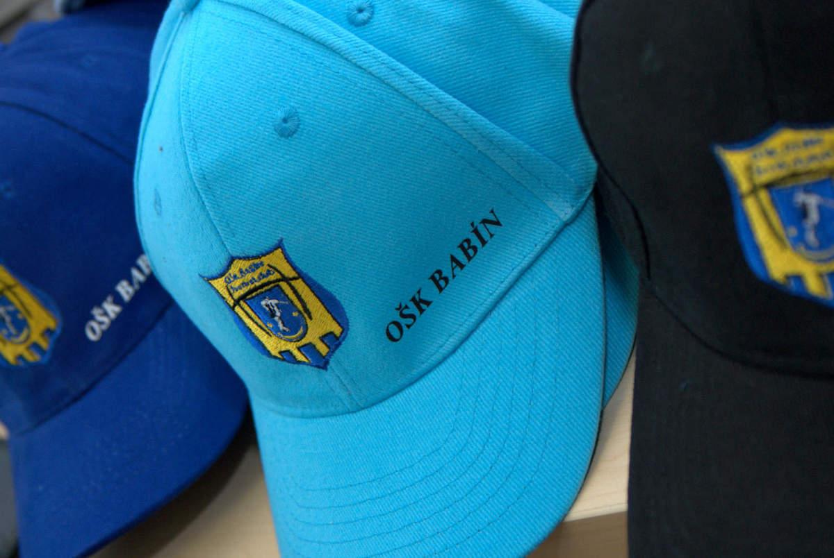 996ce4d15344 Farebné šiltovky s výšivkou pre futbalový klub OŠK BABÍN