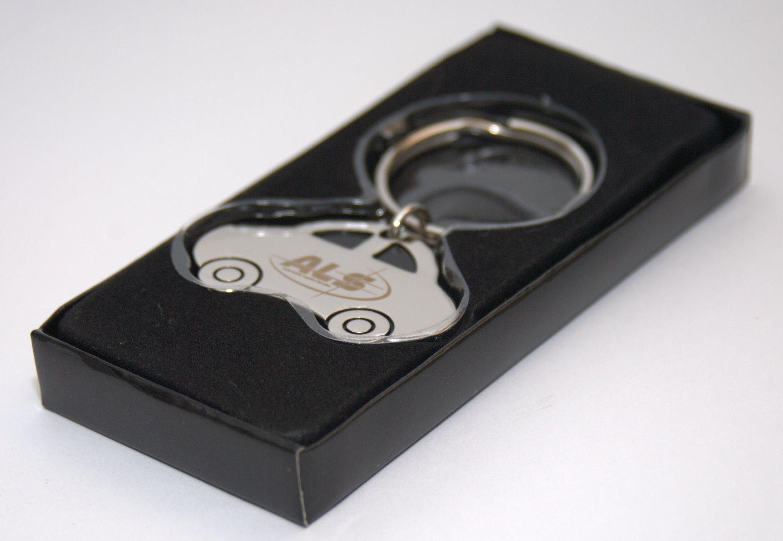 Kovová kľúčenka v tvare auta s vygravírovaným logom · Prívesok autíčko v  krabičke ... f1de0c98783