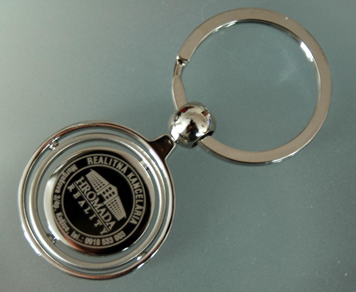Kľúčenka z kovu s vygravírovaným logom realitnej kancelárie 08566280a27